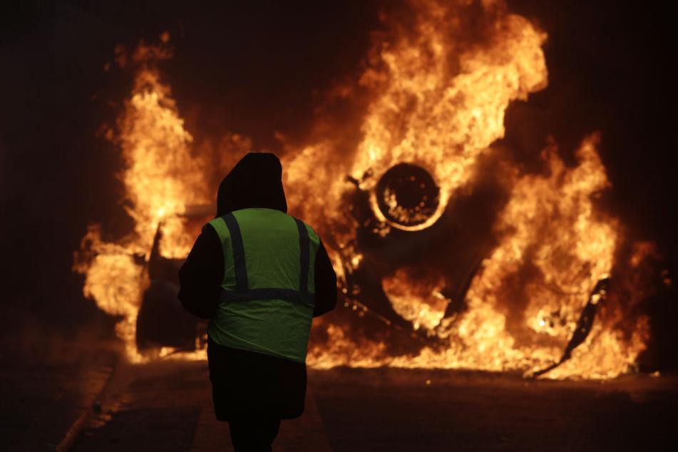 Ein brennendes Auto in der Nähe der Champs-Elysees.