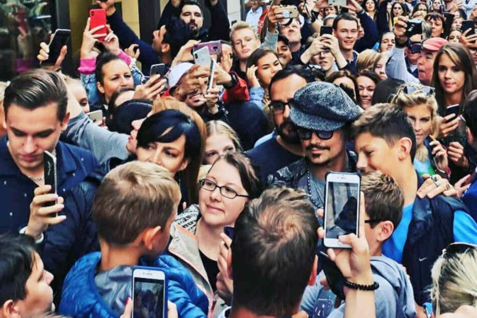 Johnny Depp kauft in Hamburg ein, doch etwas stimmt nicht mit ihm
