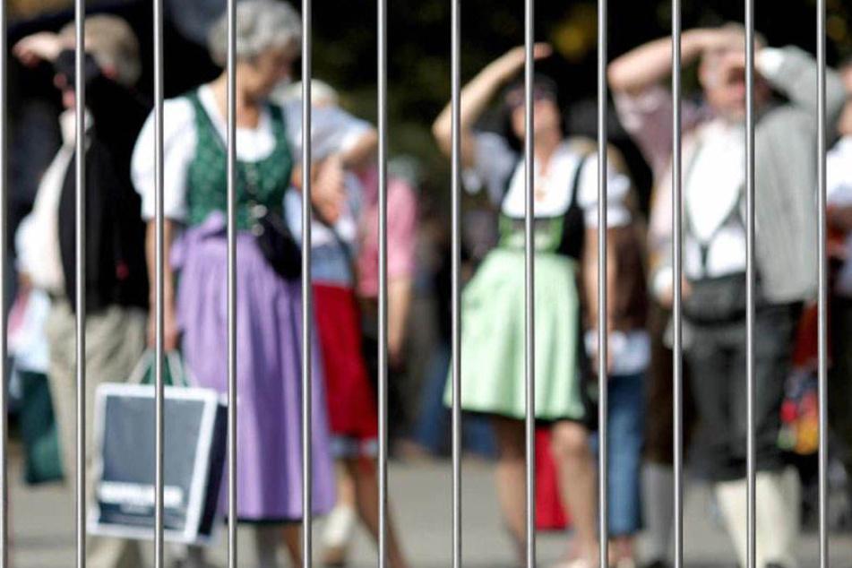 Ein mobiler Zaun soll verhindern, dass sich Besucher an den Kontrollen vorbeischmuggeln.