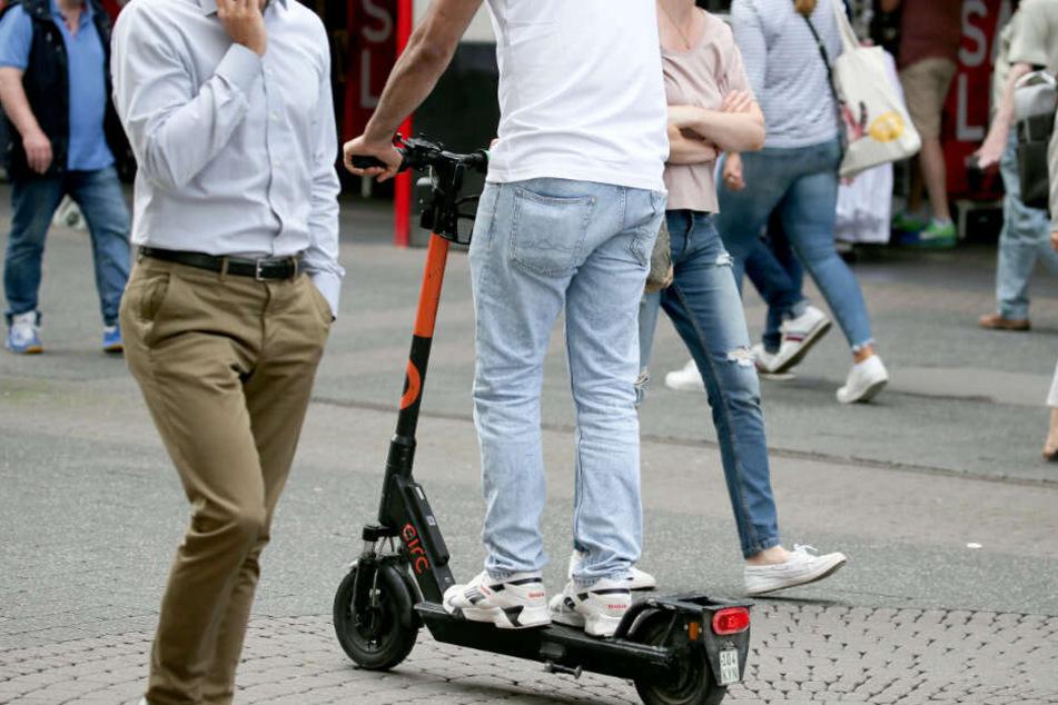 Ein E-Scooter-Fahrer fährt durch die Kölner Innenstadt. (Archivbild)
