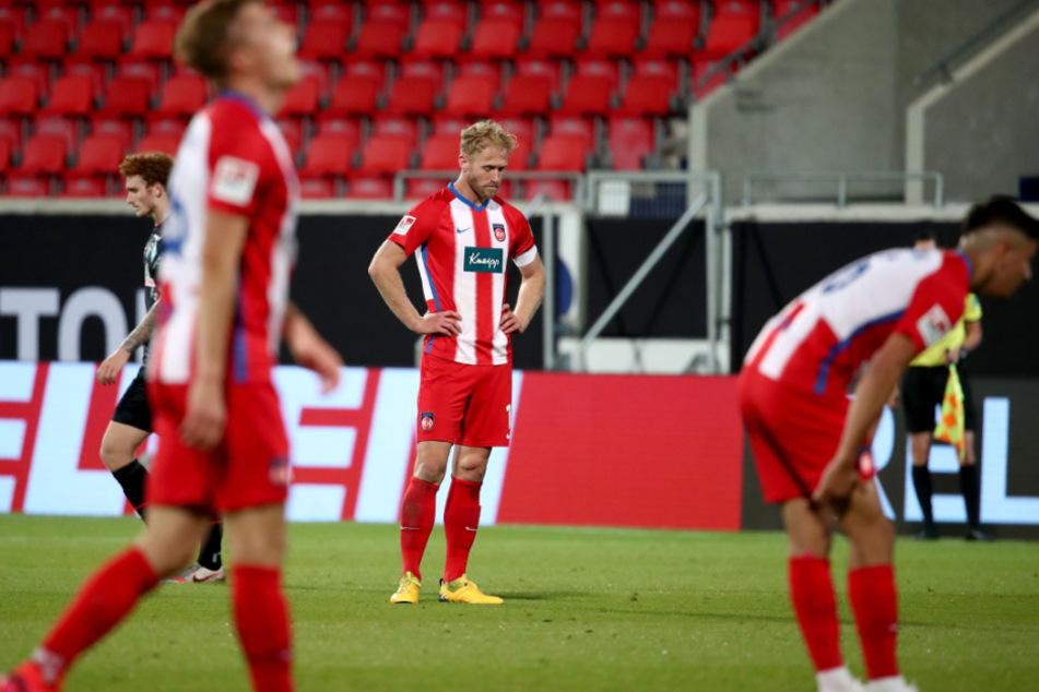Heidenheims Sebastian Griesbeck (Mitte) schaut beim Relegations-Rückspiel gegen Werder Bremen zu Boden.