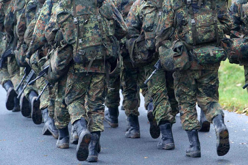 Soldaten marschieren über das Gelände der Marinetechnikschule (MTS) in Parow bei Stralsund.