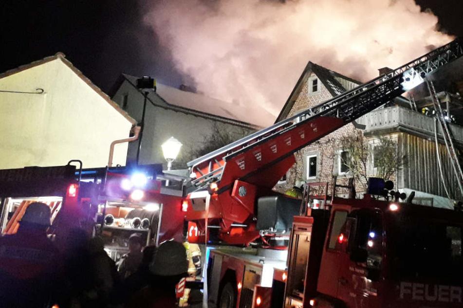 Dachstuhl in Flammen! Großeinsatz der Feuerwehr