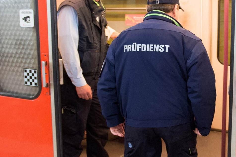 Kontrolleure in Hamburg sollen gegenüber der 16-Jährigen Gewalt angewendet haben. (Symbolbild)