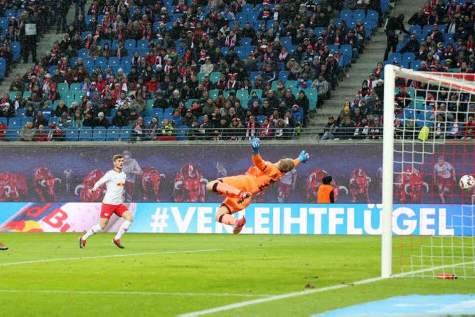Yussuf Poulsen (nicht im Bild) hielt in eine Flanke nur noch den Fuß rein und konnte Robin Zentner überwinden.