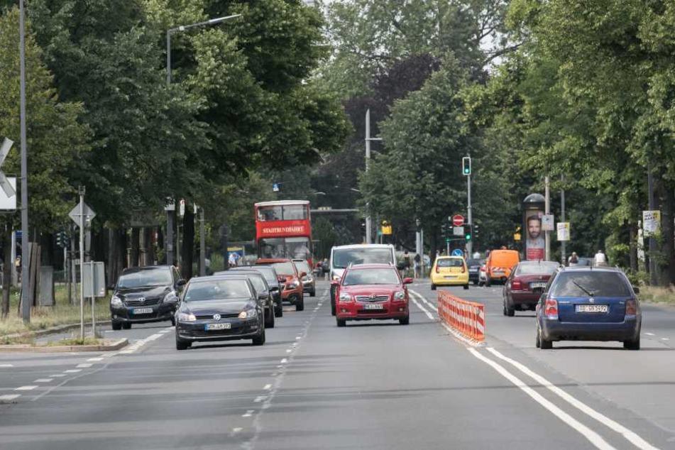 Noch fahren die Autofahrer der Albertstraße auf vier Spuren - die Radler aber ohne eigenen Weg.