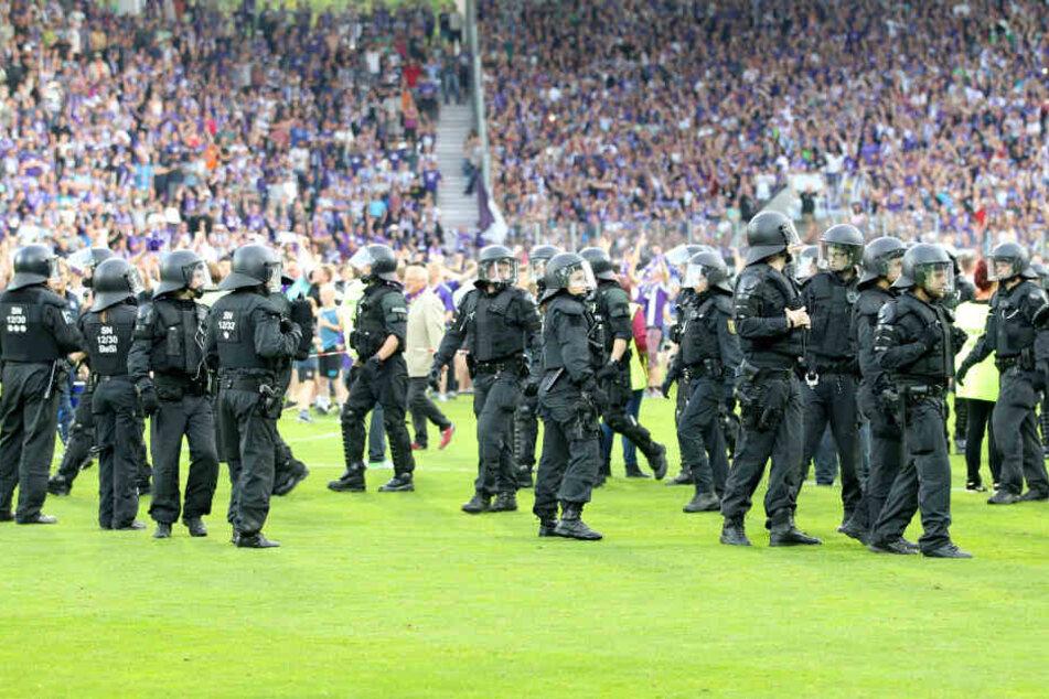Kleine Stadt, großer Fußball: Bei Heimspielen des Zweitligisten FC Erzgebirge Aue hat die Polizei immer Dienst.