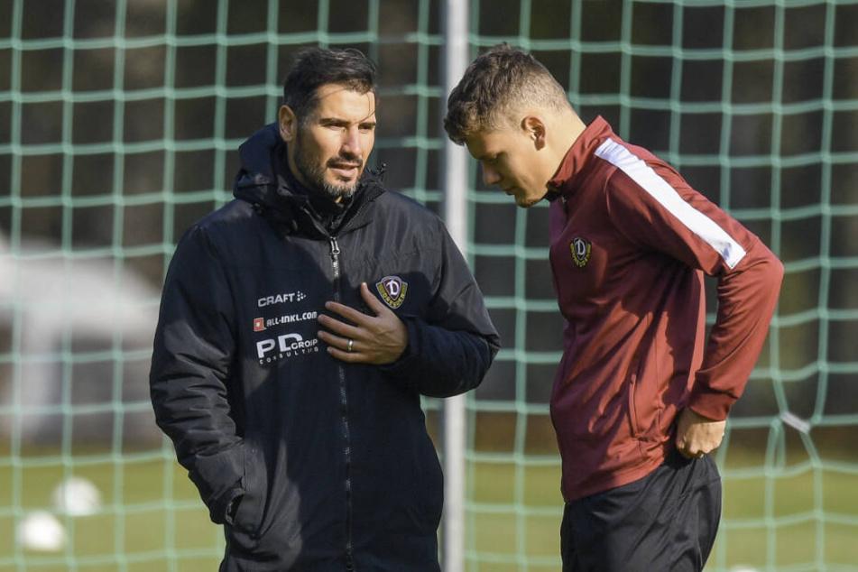 Baute ihn gestern im Training wieder auf: Dynamo Trainer Cristian Fiel (l.) mit Kevin Ehlers.