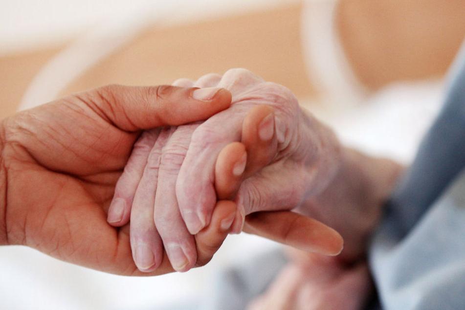 Besonders Menschen mit Demenz seien gefährdete Opfer von Gewalt in der Pflege. (Symbolbild)