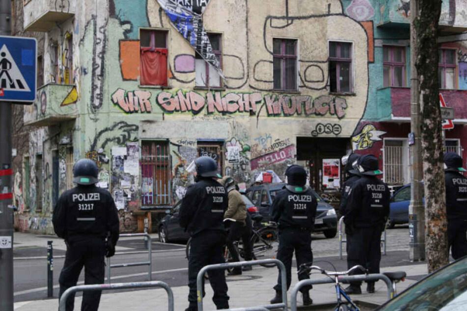 Überall Polizisten rund um die berüchtigte Rigaer Straße 94 in Berlin. (Archivbild)