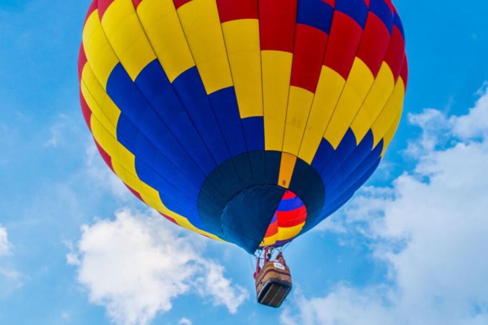 Eine Frau fiel aus einem Heißluftballon. (Symbolbild)