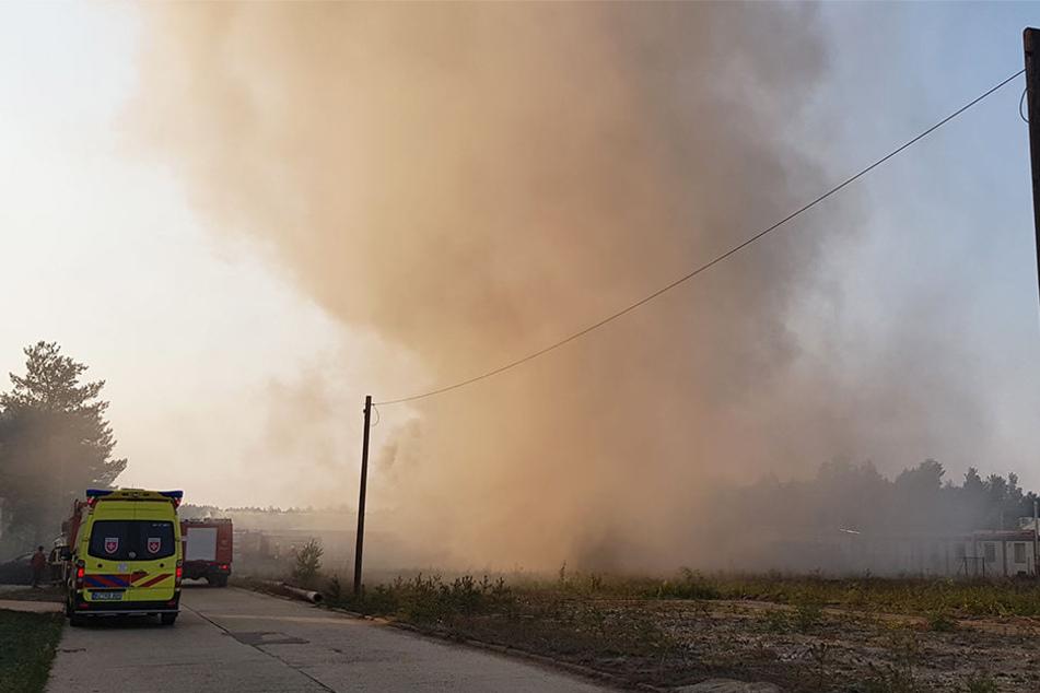 Die Feuerwehr ist an einem Industriegelände im Großeinsatz.