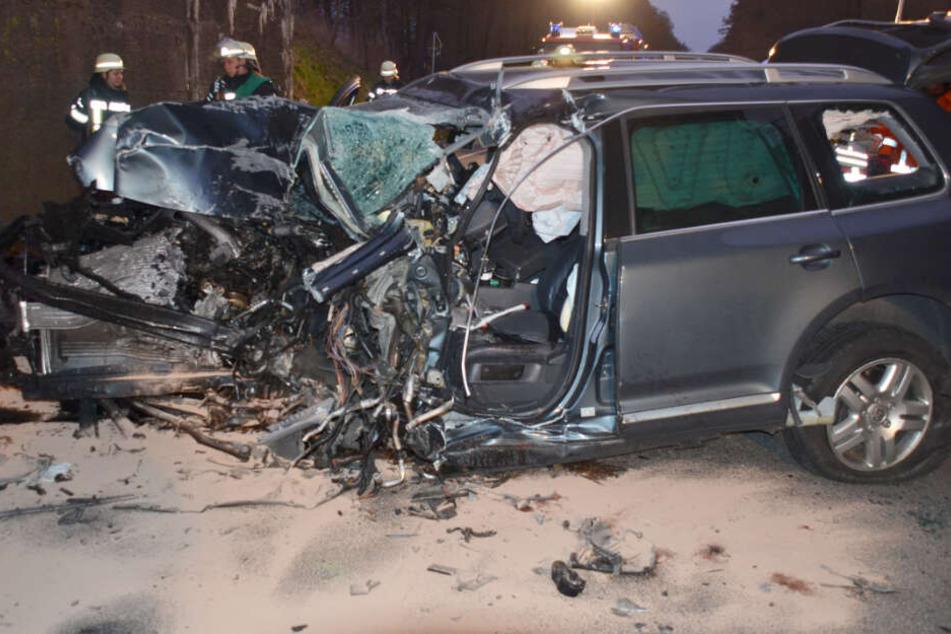 Die Front des Fahrzeuges wurde durch den Aufprall komplett zerstört.