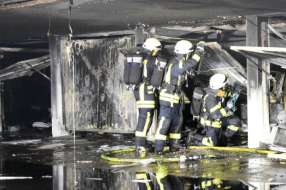 Hochhaus evakuiert: Mehrere Autos brennen in Tiefgarage