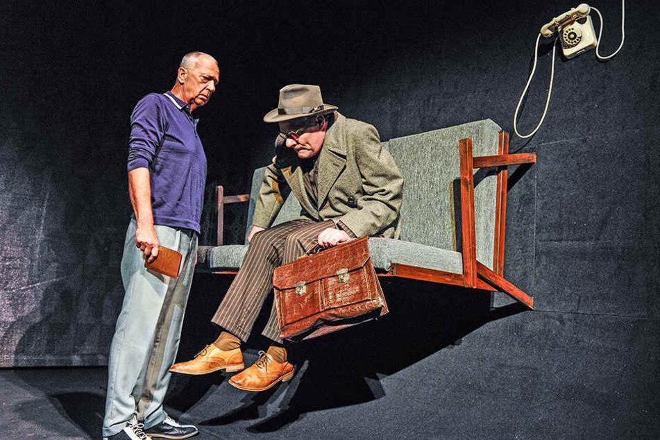 Verdrehte Welt um Willy Loman (Dirk Glodde, r.). Der einst erfolgreiche Verkäufer muss sich Geld von seinem Freund Charley (Wolfgang Adam, l.) leihen.