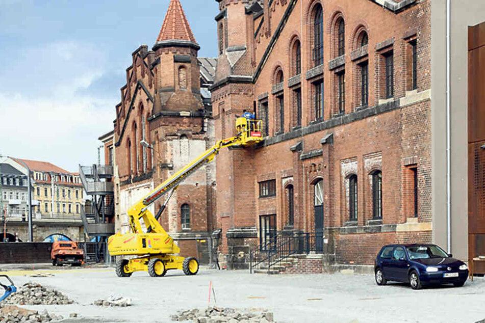 Auch Fassade und Außengelände sind noch nicht fertig.