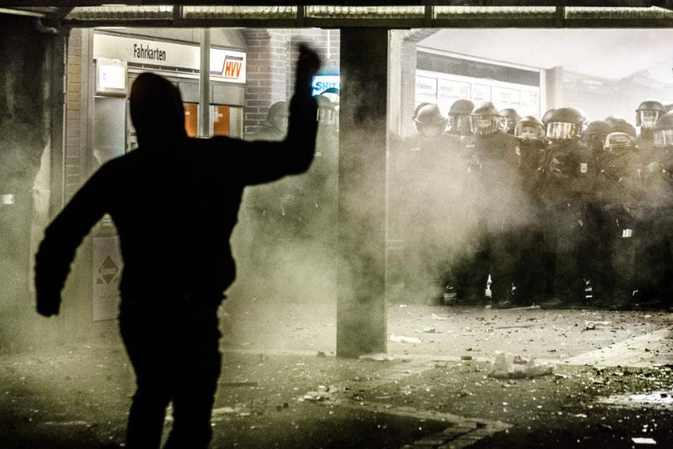Solche Szenen schrecken Nicht-Extremisten oft ab: Polizisten werden im Bahnhof Sternschanze von einem linken Randalierer mit Wurfgeschossen angegriffen. Deswegen greift die linke Szene zu neuen Strategien.