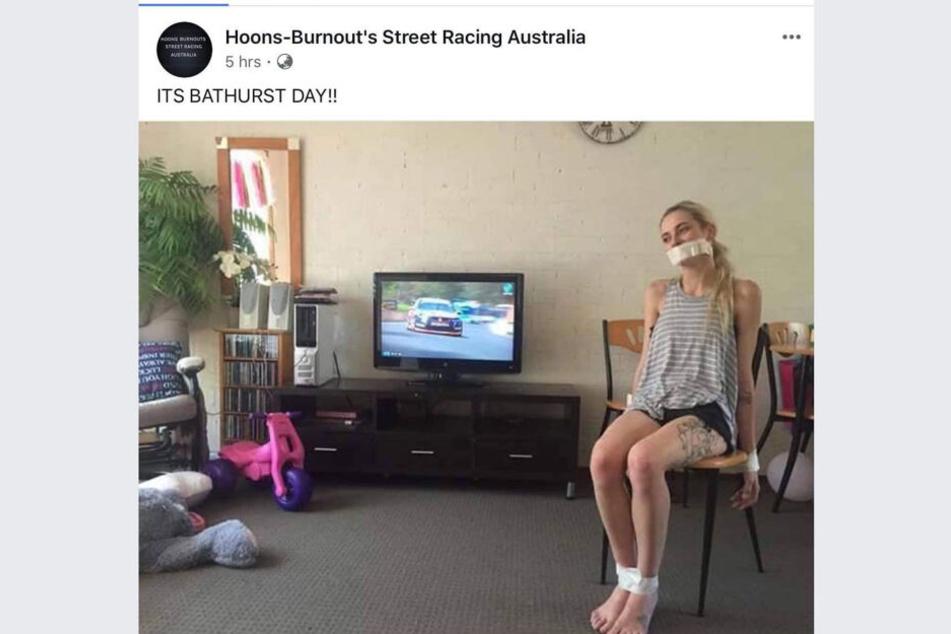 Die Frau wurde auf einem Stuhl festgebunden. Im Hintergrund läuft der Fernseher.