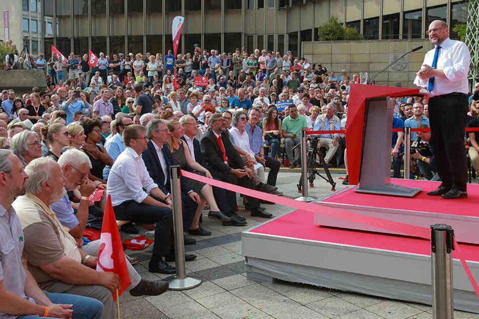 Rund 1800 Menschen waren auf den Rathausplatz gekommen, um die Rede zu hören.