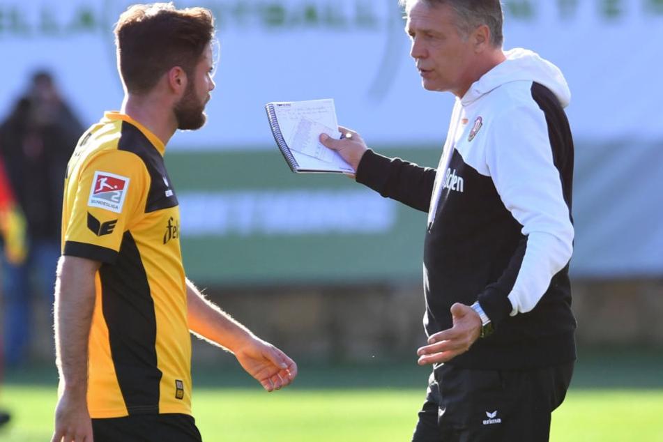 Bei Dynamo-Trainer Uwe Neuhaus (r.) scheint Niklas Kreuzer derzeit nicht auf dem Startelf-Zettel zu stehen. Doch wer weiß...