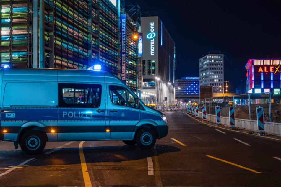 Ein Polizeiauto sperrt die Grunerstraße ab.