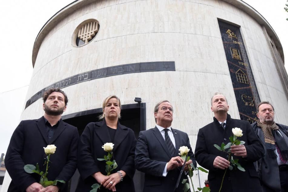 Felix Banaszak (l-r), Mona Neubaur, Armin Laschet (CDU), Joachim Stamp (FDP) und Michael Szentei-Heise demonstrieren ihre Solidarität mit der jüdischen Gemeinschaft Deutschlands.