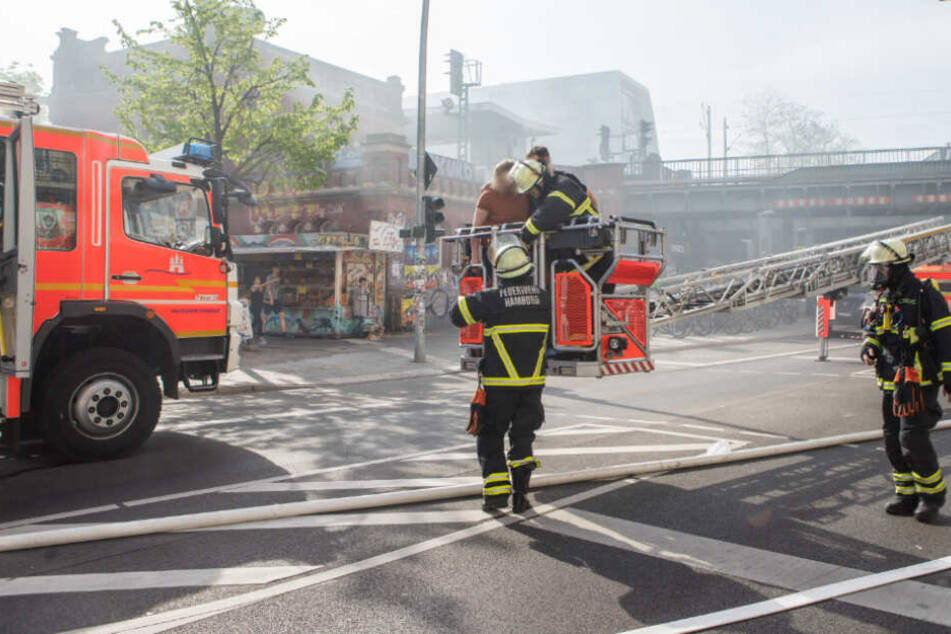 Feuerwehrleute brachten die Bewohner über tragbare Leitern und große Drehleitern ins Freie.