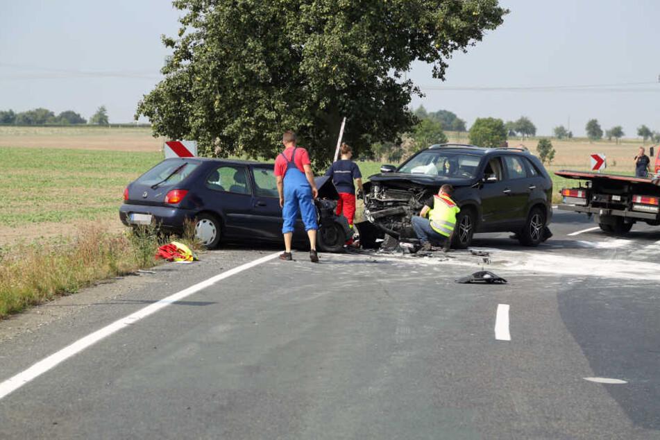 In einer Kurve stießen ein Ford Fiesta und ein Kia Sorento frontal zusammen.