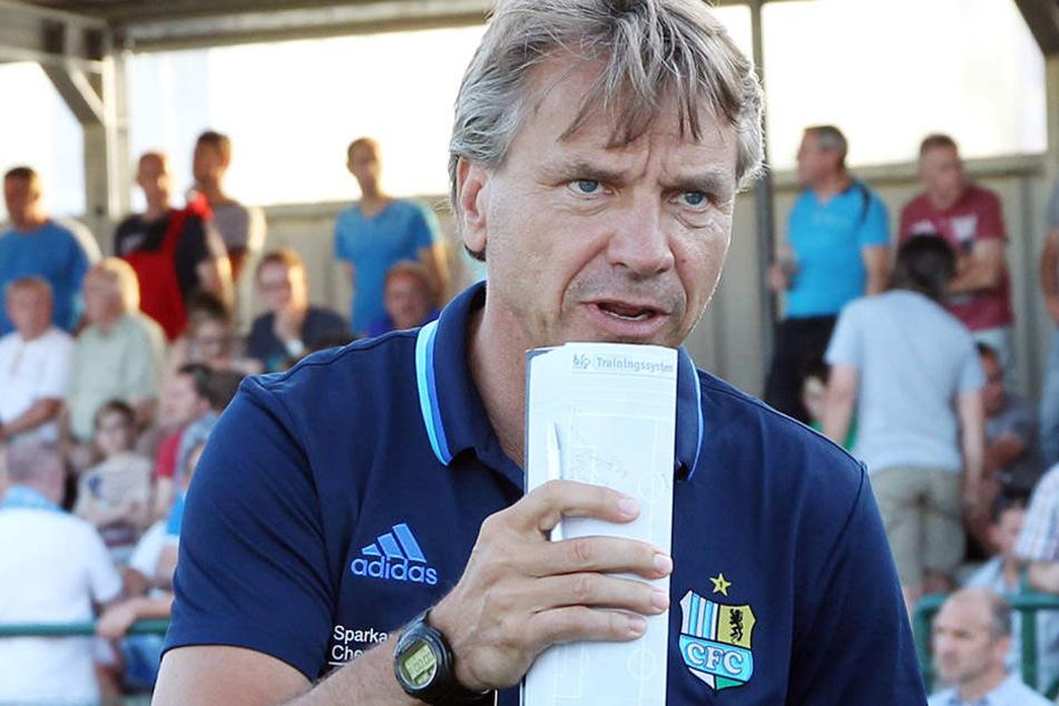 Horst Steffen hat konkrete Vorstellungen, nimmt seine Spieler hart ran - schließlich betreiben sie Leistungssport.