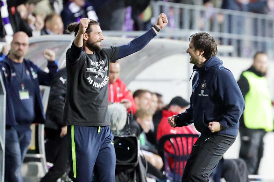 Können Coach Hannes Drews (r.) & Co-Trainer Robin lenk am Sonntag wieder so jubeln wie nach dem Sieg gegen Sandhausen?