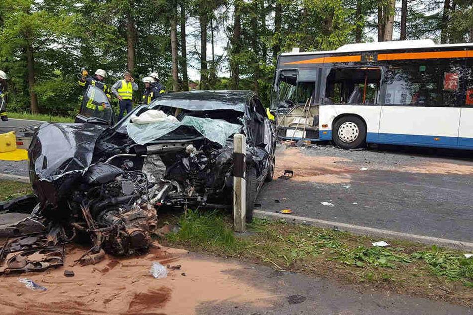 In Gegenverkehr geraten: 23-Jähriger kracht in Linienbus