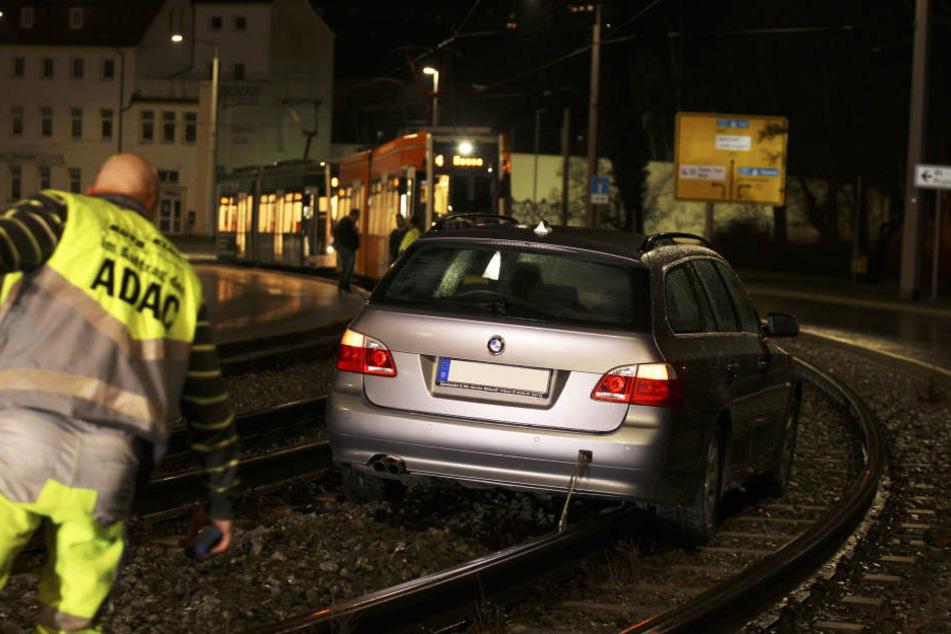Am Wochenende landete ein BMW an der Knielohstraße im Gleisbett.