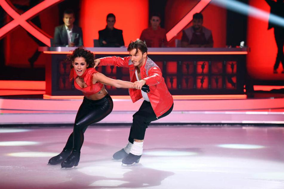 Sarah Lombardi fegt mit Joti Polizoakis über das Eis.