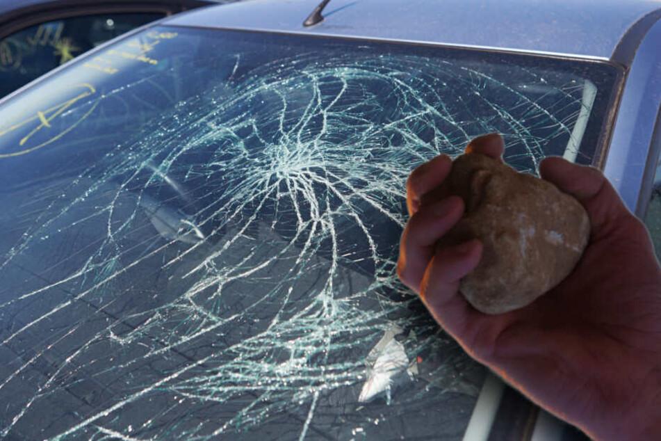 Schock während der Autofahrt: Stein zerschmettert Windschutzscheibe