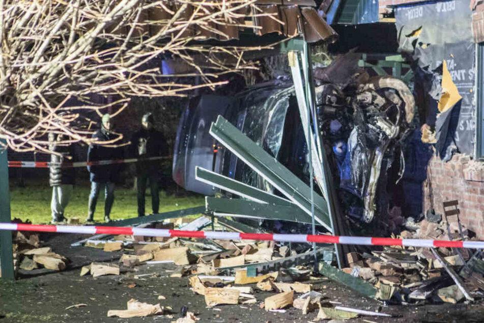 Audi kracht mitten in Wohnhaus! Zwei Menschen verletzt
