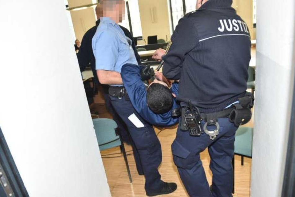 Der Angeklagte musste in den Saal getragen werden. Liegend!