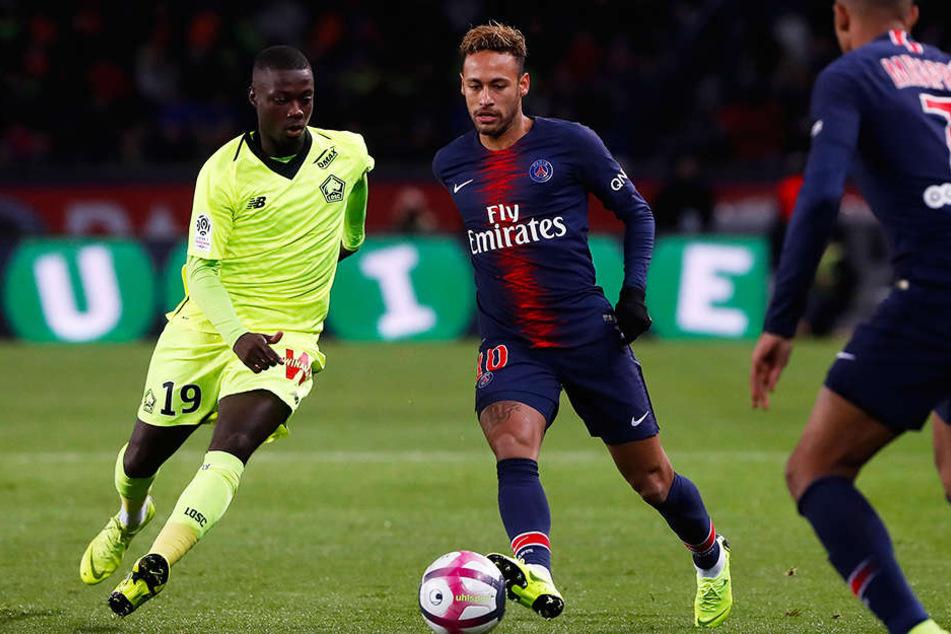Würde den BVB auf Anhieb verstärken: Nicolas Pepe (l.) vom OSC Lille, hier im Duell mit PSG-Star Neymar (M.).