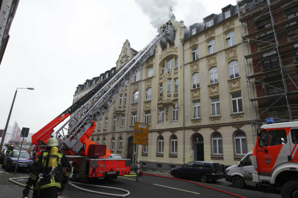 Das Feuer war am Montagvormittag in einer Dachgeschosswohnung in dem Mehrfamilienhaus ausgebrochen.