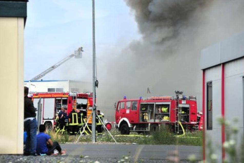 20 Wohncontainer einer hessischen Flüchtlingsunterkunft standen am Sonntag in Flammen. Dabei gab es 10 Verletzte.