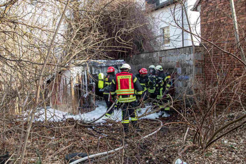 Die Feuerwehrleute konnten ein Übergreifen des Schuppenbrandes in der Marienstraße auf umliegende Wohnhäuser verhindern.