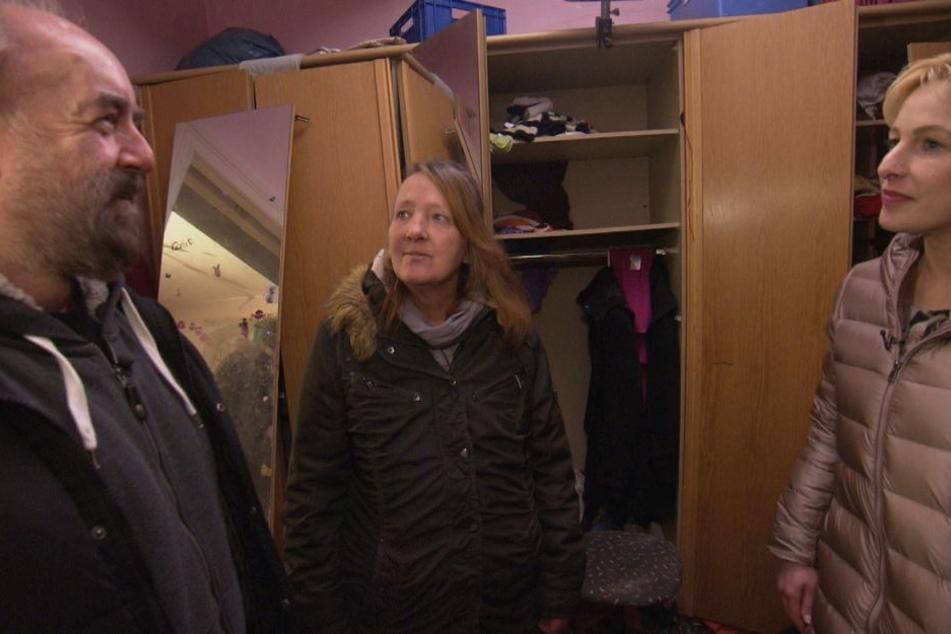 Messie Heidi aus Neumünster (Mitte) tauscht die Rolle mit Putzneurotikerin Petra (rechts). Psychologe Michael Thiel unterstützt die beiden grundverschiedenen Frauen.