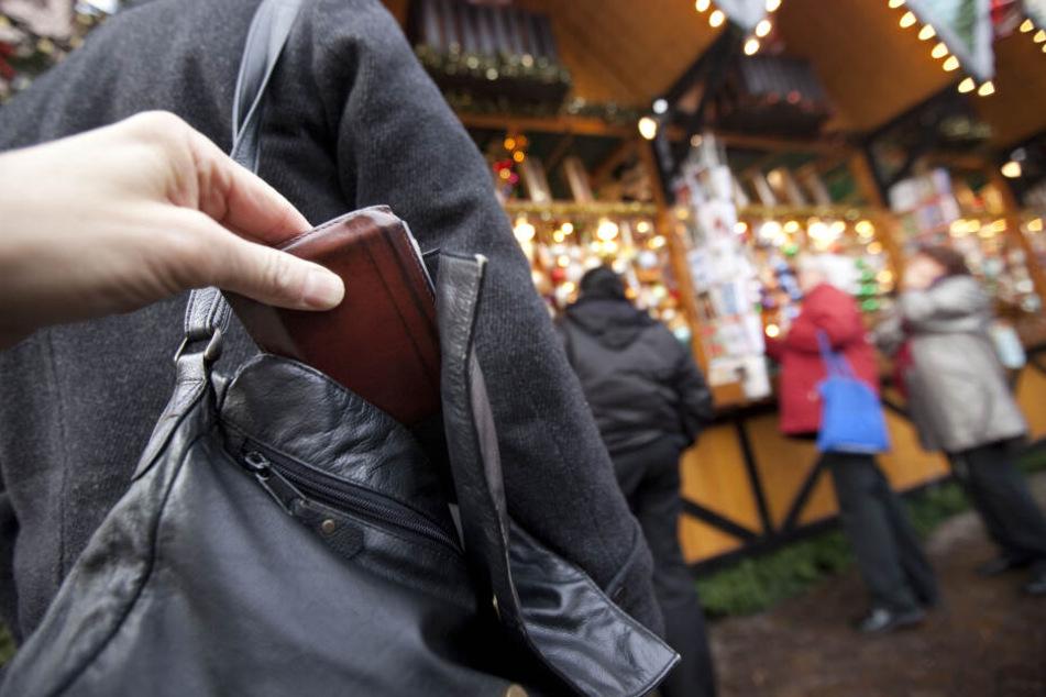 Diebe nutzen gern das Gedränge auf dem Weihnachtsmarkt um unbemerkt in die Taschen ihrer Opfer zu greifen. (Symbolbild)