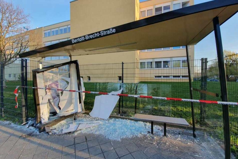 Zerstörtes Bus-Häuschen in Leipzig: Wer ist da denn rein gerauscht!?