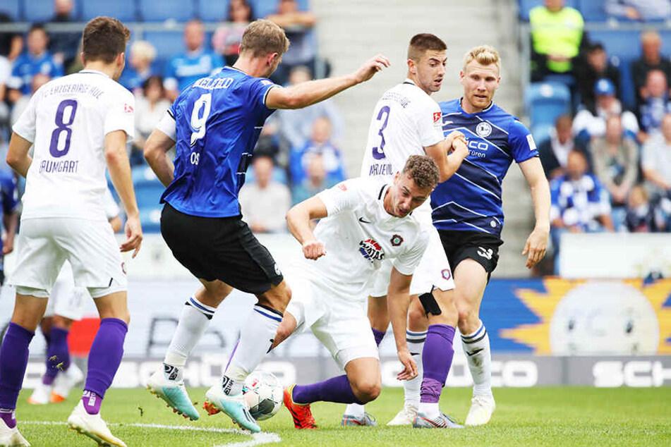 Tom Baumgart (l.) konnte wie seine Kollegen oft nur zuschauen, was Bielefeld um das starke Sturmduo Fabian Klos (Zweiter von links) und Andreas Voglsammer (r.) auf den Rasen brachte.