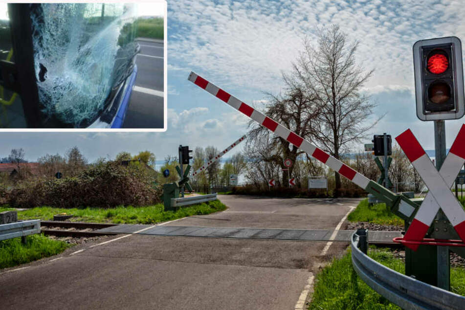 Die Frontscheibe des Busses wurde bei dem Unfall schwer beschädigt (Originalfoto). Der Busfahrer gab an, er habe die Warnlichter am Bahn-Übergang nicht genau gesehen (Symbolbild).
