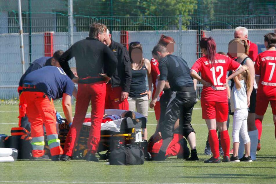 Geschockt stehen die Mitspielerin neben ihrer höchstwahrscheinlich schwer verletzten Mannschaftskameradin.
