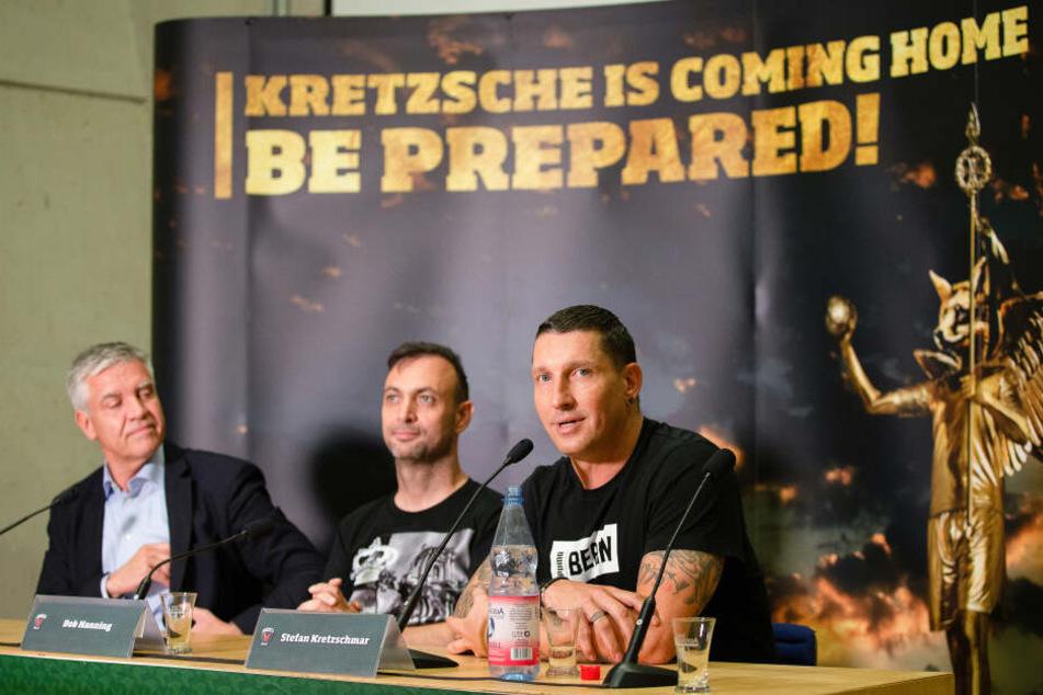 Füchse-Präsident Frank Steffel (l.) und Geschäftsführer Bob Hanning (m.) stellen Stefan Kretzschmar (r.), ehemaliger deutscher Handballspieler, als neuen Sportdirektor bei den Füchsen Berlin vor.