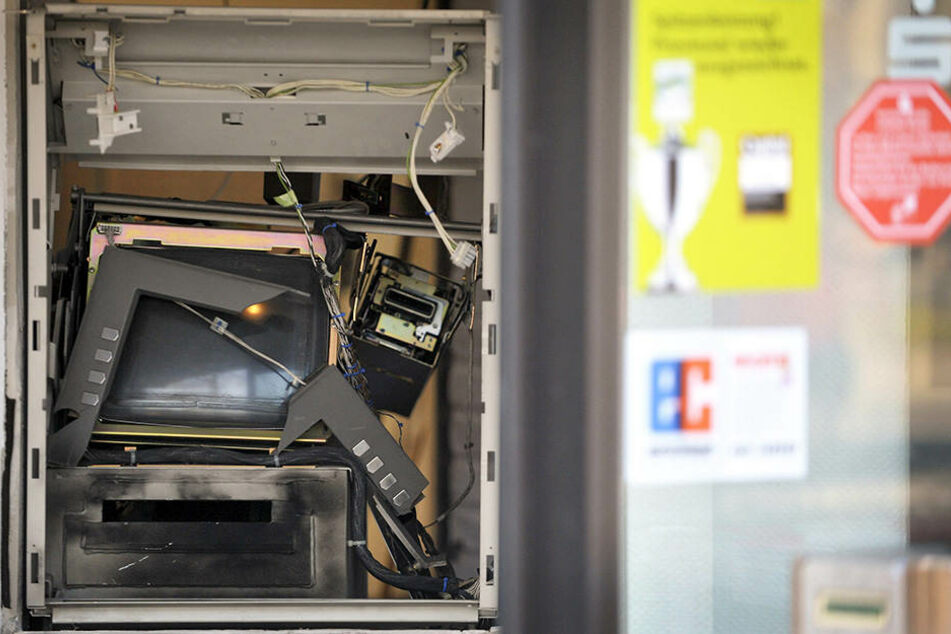 Mann versucht, Geldautomaten zu sprengen und flieht dann nach Italien