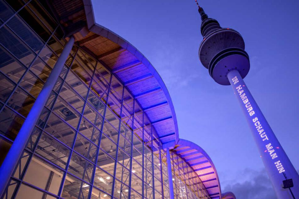"""Auf dem Fernsehsturm leuchtet der Schriftzug """"In Hamburg schaut man hin"""""""