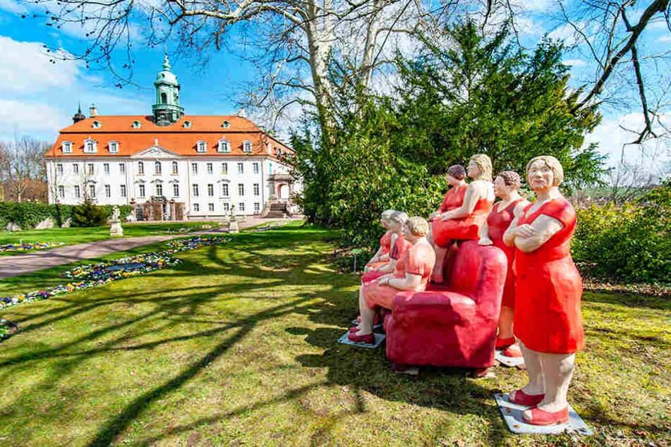 Der Schlosspark ist nicht nur mit bunten Frühblühern bepflanzt, sondern hat seinen Besuchern auch farbenfrohe Beton-Skulpturen zu bieten.
